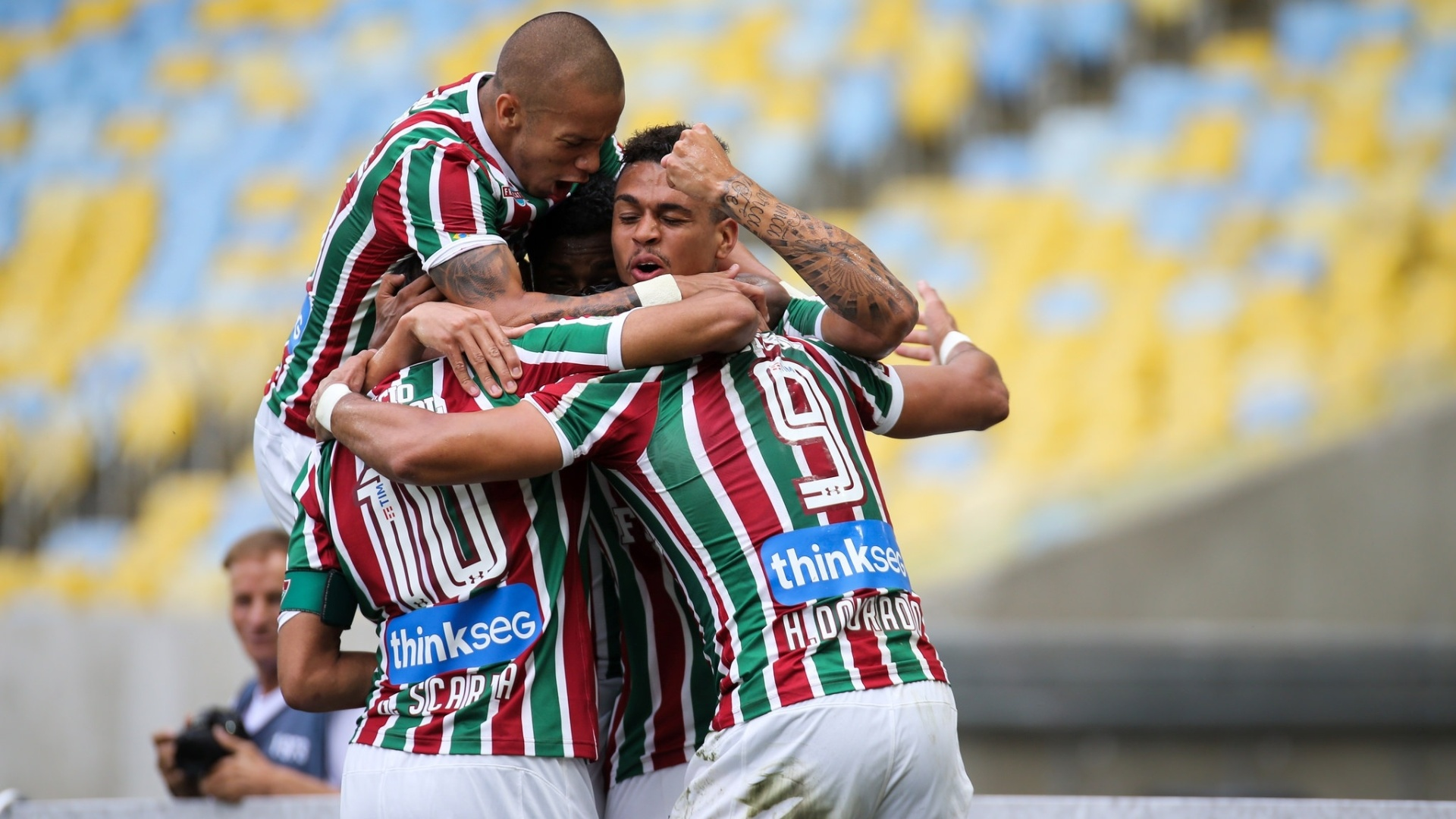 Time do Fluminense comemora gol de Henrique Dourado sobre o Avaí