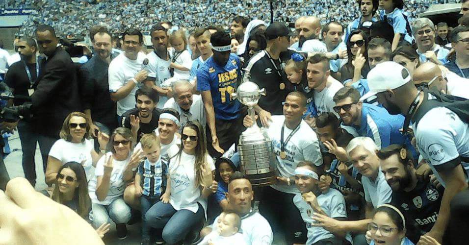 Jogadores ficam perfilados na festa do título da Libertadores na Arena do Grêmio