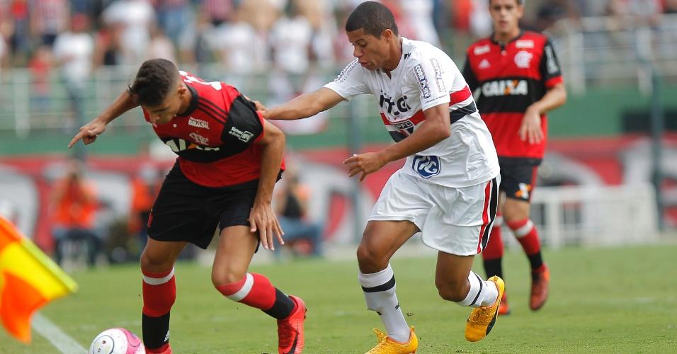 Jogadores de Flamengo e São Paulo disputam jogada durante a final da Copinha