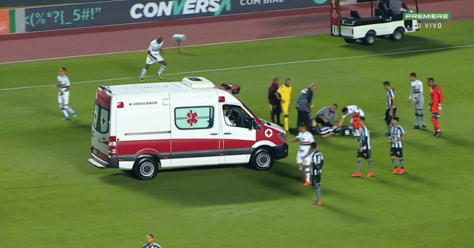 Ambulância entra no gramado do Morumbi para atender João Pedro