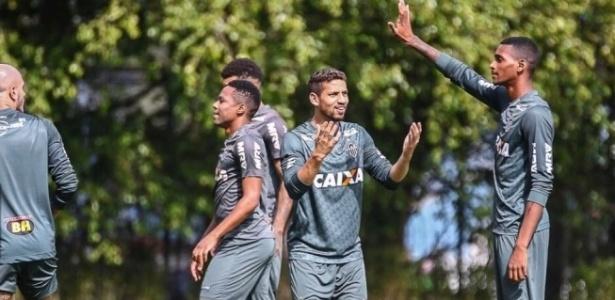 Ruan Marvyn (à dir.), jovem do Atlético-MG, interage com o zagueiro Gabriel (ao centro)