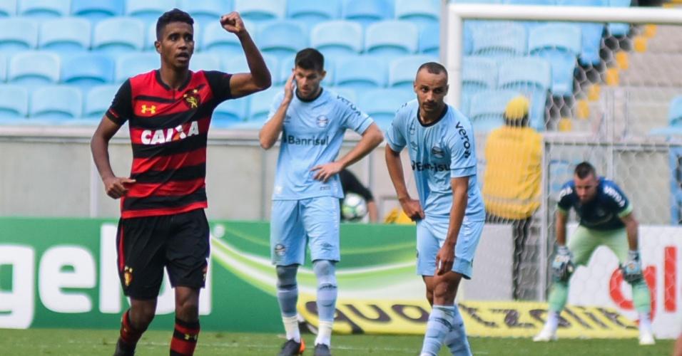 Gabriel comemora o gol do Sport contra o Grêmio