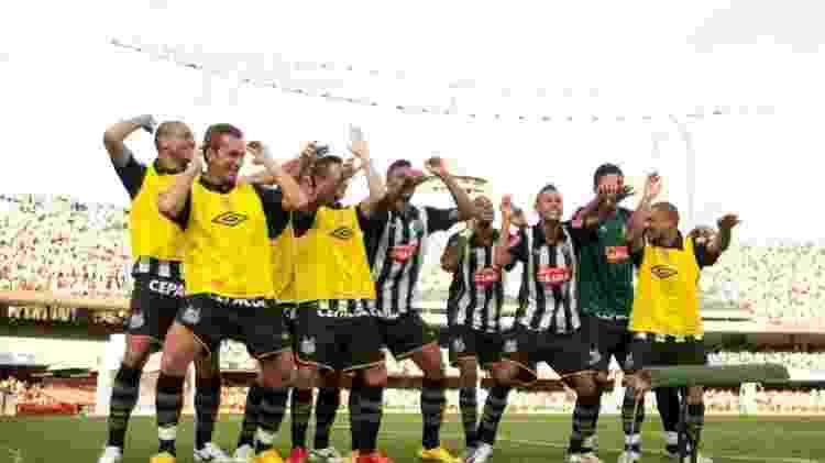 Jogadores do Santos comemoram seu primeiro gol na vitória sobre o São Paulo - Ricardo Nogueira/Folha Imagem - Ricardo Nogueira/Folha Imagem