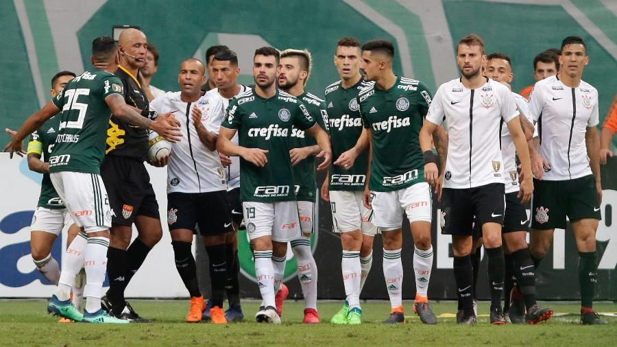 Jogadores de Palmeiras e Corinthians reclamam de arbitragem em final do Campeonato Paulista de 2018 - THIAGO BERNARDES/FRAMEPHOTO//ESTADÃO CONTEÚDO