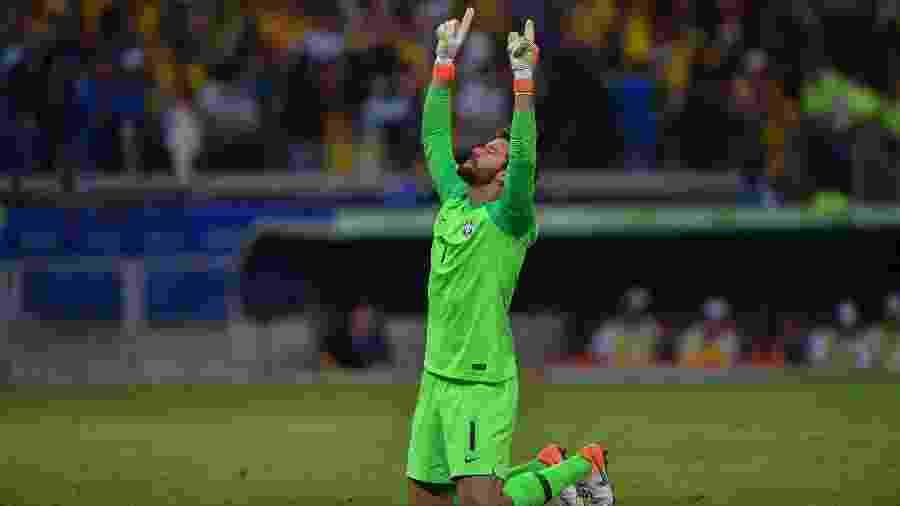 Alisson comemora gol do Brasil contra a Argentina pela Copa América - Pedro UGARTE / AFP