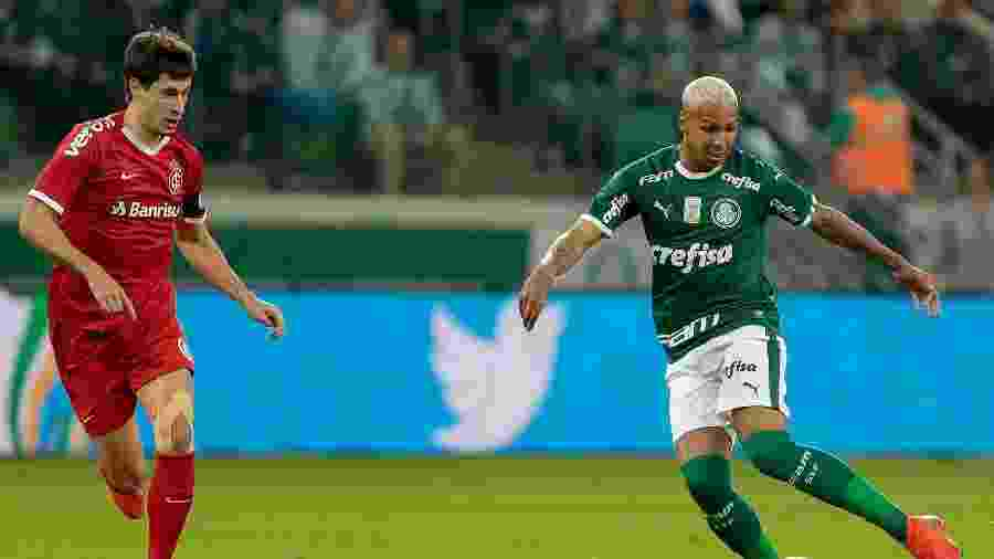 Deyverson conduz a bola acompanhado de perto pela marcação de Rodrigo Dourado  - Marcello Zambrana/AGIF