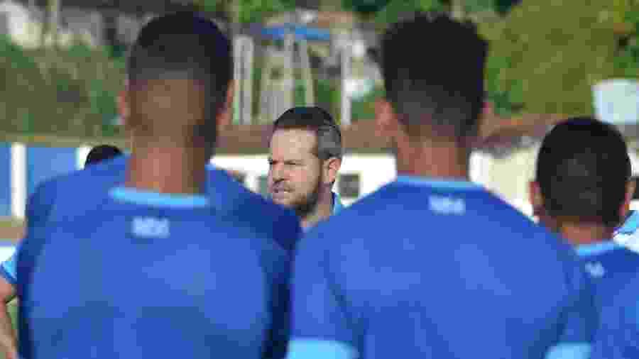 Técnico Argel Fucks conversa com jogadores do CSA durante treino - Augusto Oliveira/RCortez/Ascom CSA