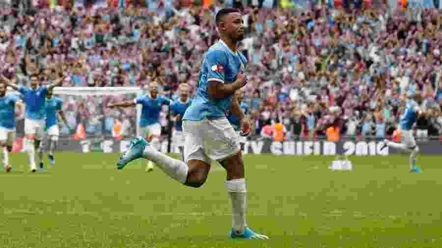 Gabriel Jesus marcou um dos pênaltis que levou o City ao título da Supercopa da Inglaterra - Adrian Dennis/AFP