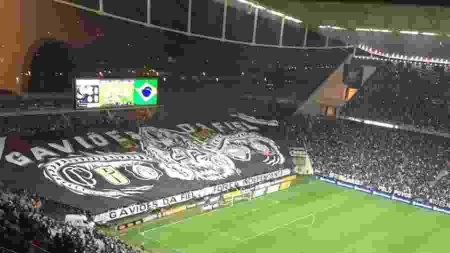 Torcida do Corinthians estende bandeirão na Arena Corinthians em partida contra o Palmeiras - José Eduardo Martins/UOL