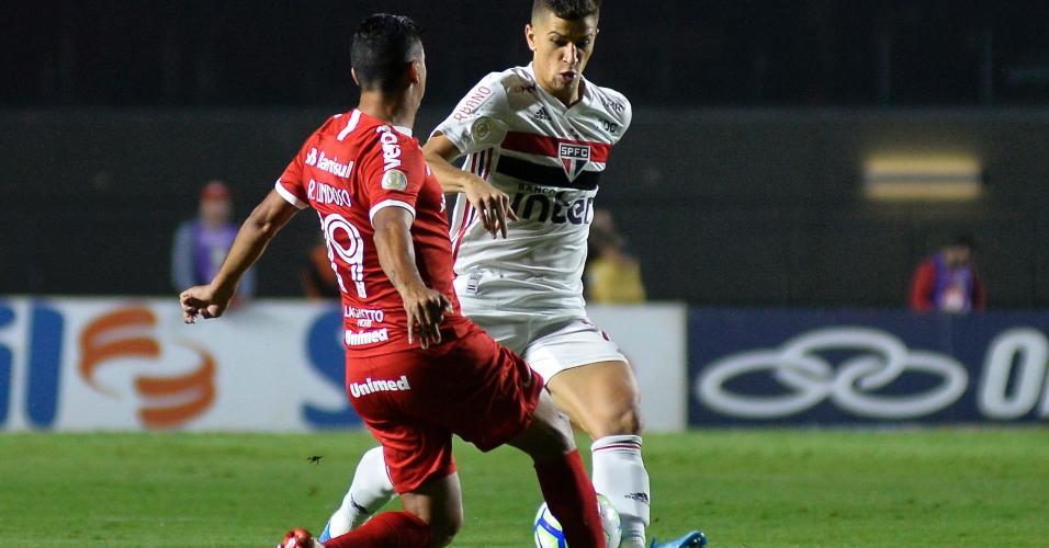 Vitor Bueno e Rodrigo Lindoso dividem a bola no duelo entre São Paulo x Internacional