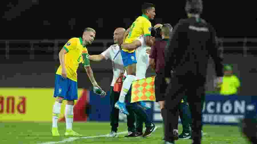 Pedrinho abraça André Jardine para comemorar gol da seleção brasileira contra o Uruguai - Lucas Figueiredo/CBF