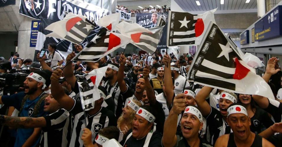 Torcedores do Botafogo aguardam a chegada de Honda no aeroporto
