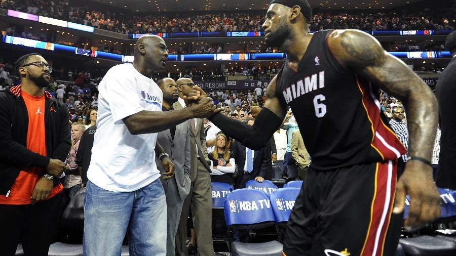 Michael Jordan cumprimenta LeBron em jogo dos Bobcats contra o Heat pelos playoffs de 2014 - David T. Foster III/Charlotte Observer/Tribune News Service via Getty Images