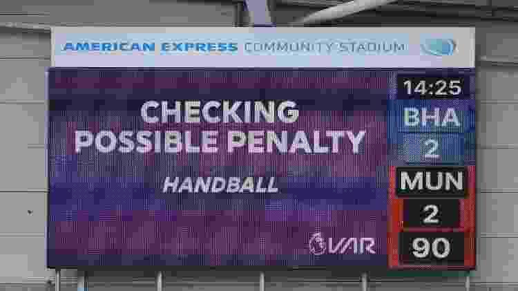 Placar marca revisão de pênalti por VAR em Brighton x Manchester United, no Campeonato Inglês   - Glyn Kirk/Reuters - Glyn Kirk/Reuters