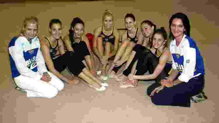 Bárbara, à direita, com a seleção de ginástica rítmica no Pan de 2003. Na outra ponta, a assistente Camila Ferezin - Milton Dória/Folhapress - Milton Dória/Folhapress