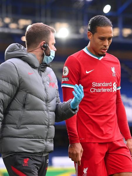 Van Dijk deixa o campo lesionado durante jogo entre Liverpool e Everton - Laurence Griffiths/Getty Images