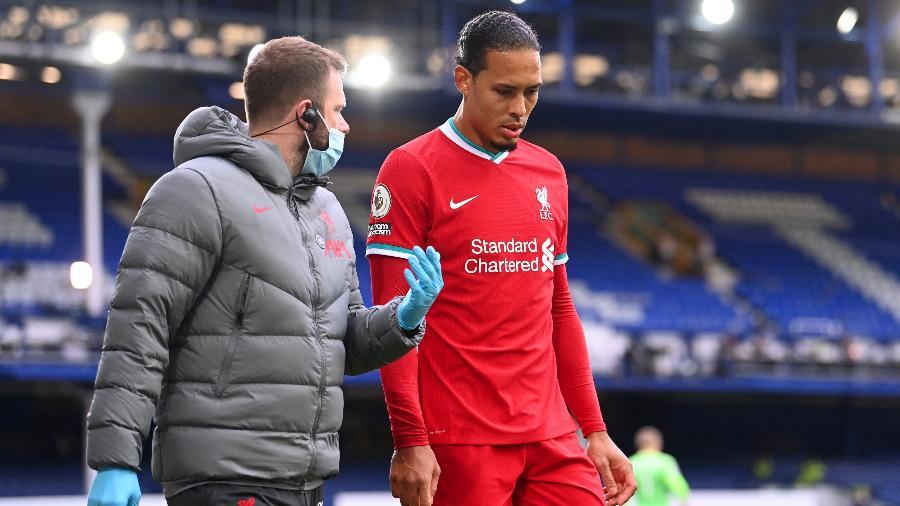 Zagueiro holandês precisou deixar o campo após receber uma tesoura de Pickford durante jogo entre Liverpool e Everton - Laurence Griffiths/Getty Images