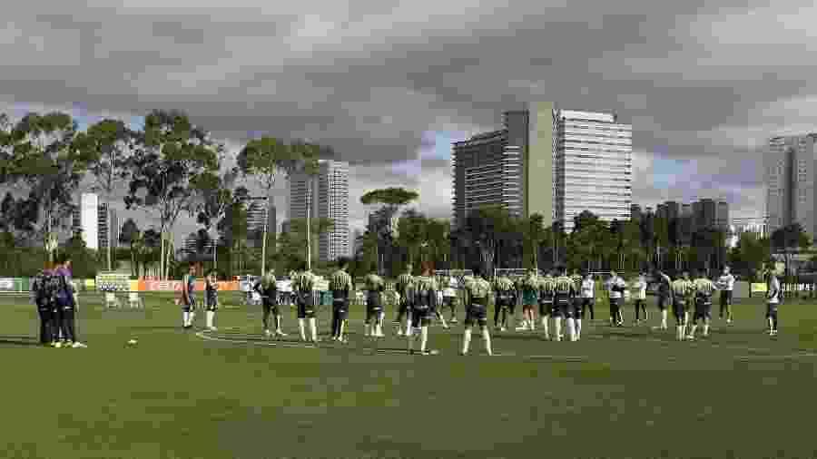 Abel Ferreira conversa com o elenco do Palmeiras, antes de treino na Academia de Futebol - Cesar Greco