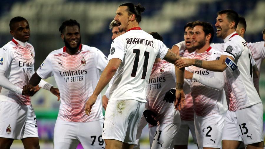 Ibrahimovic comemora gol do Milan contra o Cagliari no Italiano - Getty Images