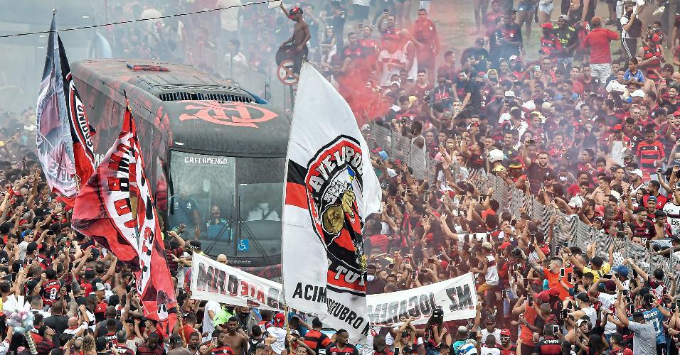 Torcedores cercam ônibus do Flamengo antes de jogo decisivo no Maracanã