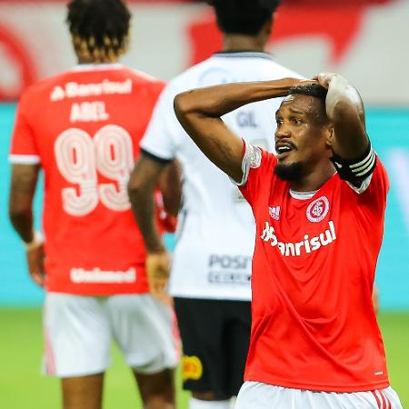 Edenilson, do Internacional, lamenta chance perdida contra o Corinthians - Pedro H. Tesch/AGIF