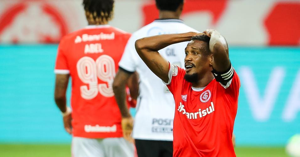 Edenilson, do Internacional, lamenta chance perdida contra o Corinthians