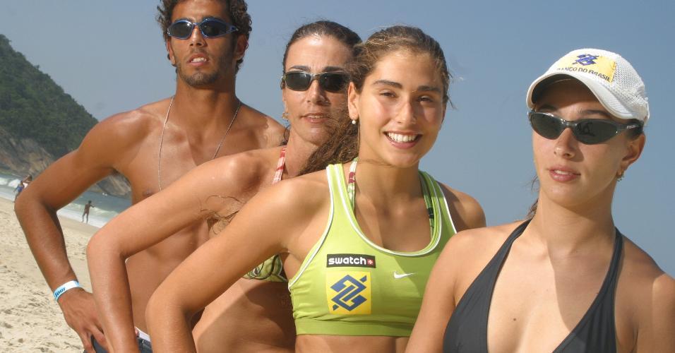A ex-jogadora de vôlei Isabel Salgado (segunda a partir da esq.), com os filhos Pedro, Maria Clara (à direita), 20, e Carol (segunda a partir da direita) em 2004