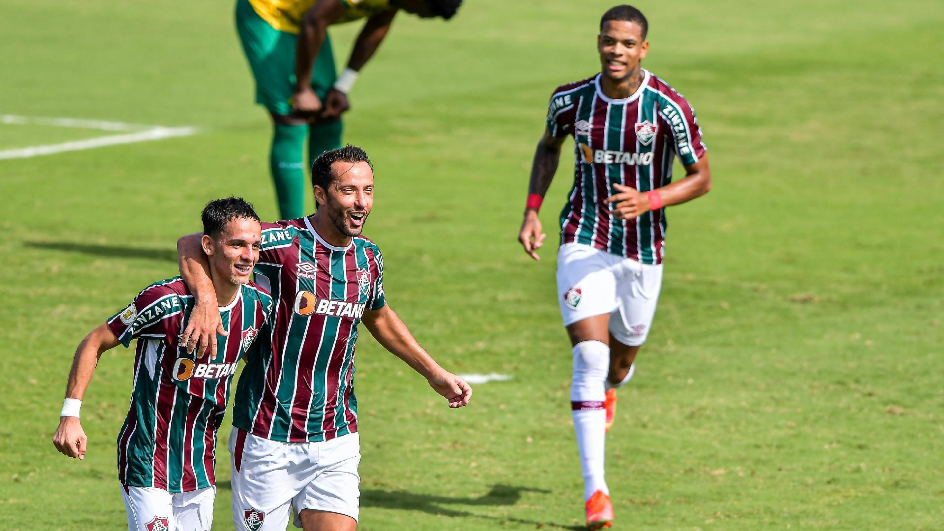 Gabriel Teixeira e Nenê comemoram gol do Fluminense contra o Cuiabá