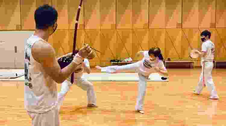 Japonês Kotaro Suzuki conheceu a capoeira no fliperama e virou instrutor no que foi a Vila Olímpica de 1964 - Juliana Sayuri - Juliana Sayuri