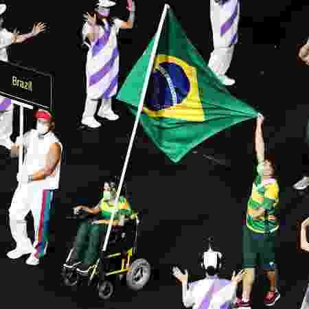 Evelyn Oliveira e Petrúcio Ferreira foram os porta-bandeiras do Brasil  - Marko Djurica/Reuters - Marko Djurica/Reuters