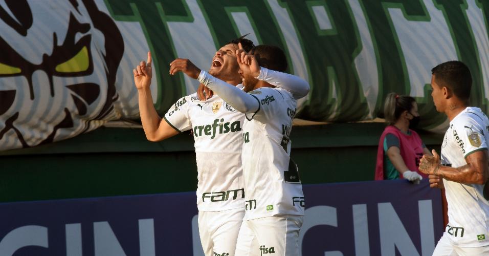 Raphael Veiga comemora gol marcado contra Chapecoense, pelo Brasileirão