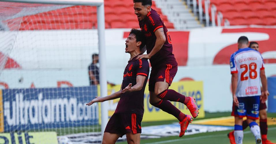 Rodrigo Dourado comemora o seu gol com Heitor na vitória do Inter sobre o Bahia, no estádio Beira-Rio, pela 22ª rodada do Brasileirão