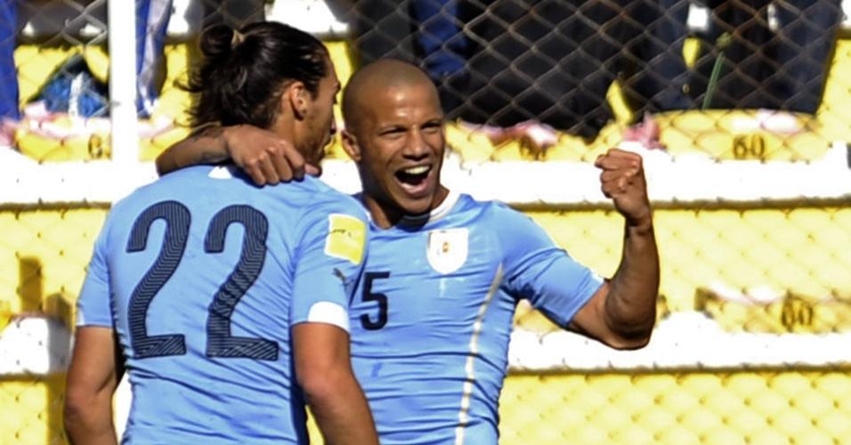 Martin Caceres comemora com Carlos Sanchez depois de marcar o gol do Uruguai na partida contra a Bolívia pelas Eliminatórias Sul-americanas