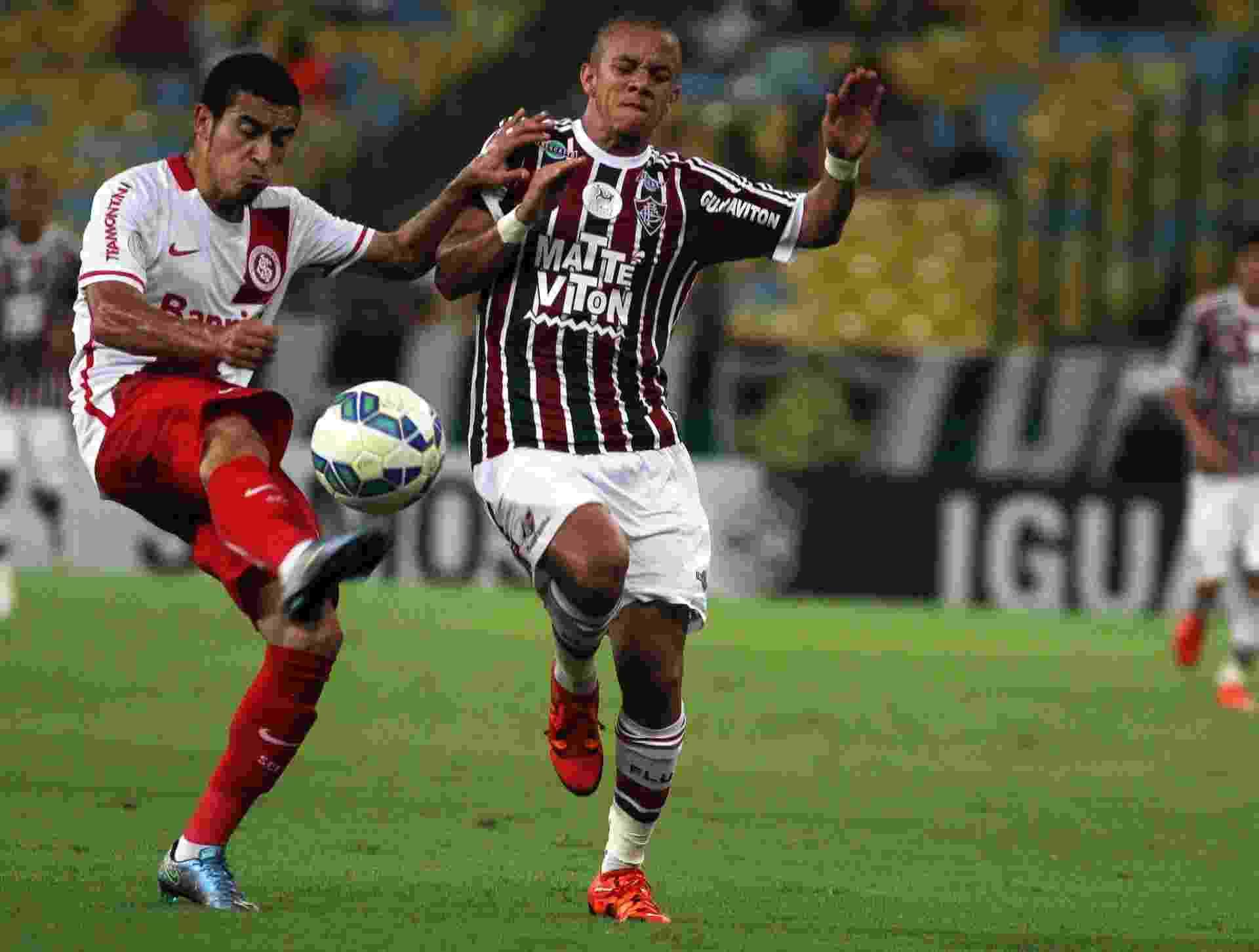 Marcos Junior disputa bola com Willian na partida entre Fluminense e Internacional - Nelson Perez/Fluminense FC