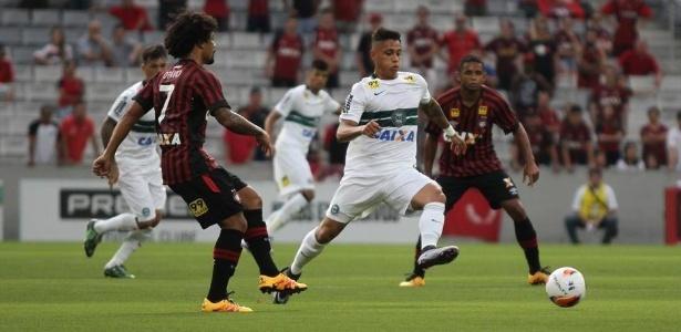 Coritiba e Atlético-PR se enfrentando pelo Paranaense do ano passado