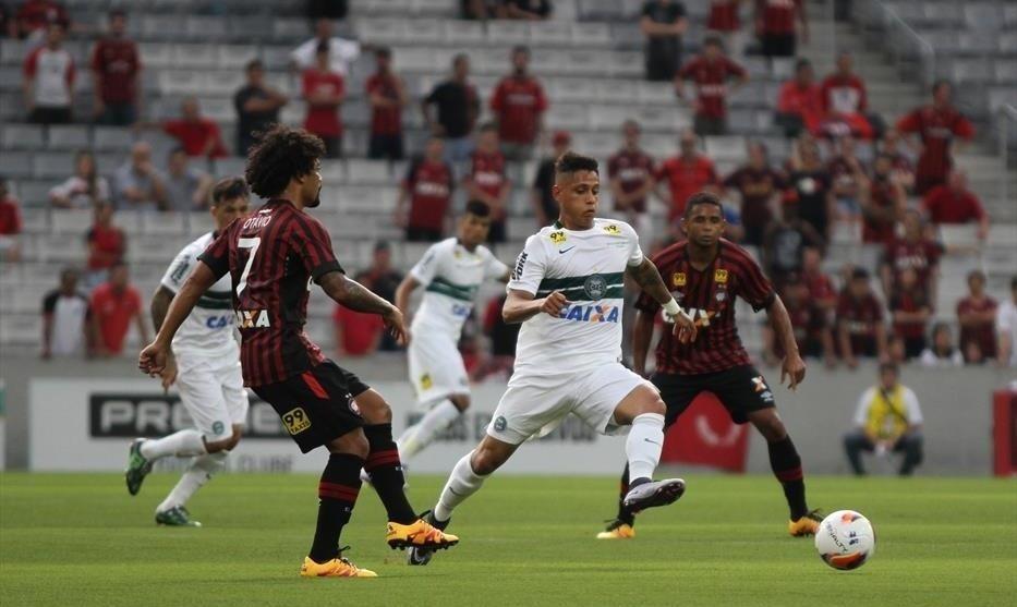 Otávio, do Atlético-PR, toca a bola no clássico Atletiba