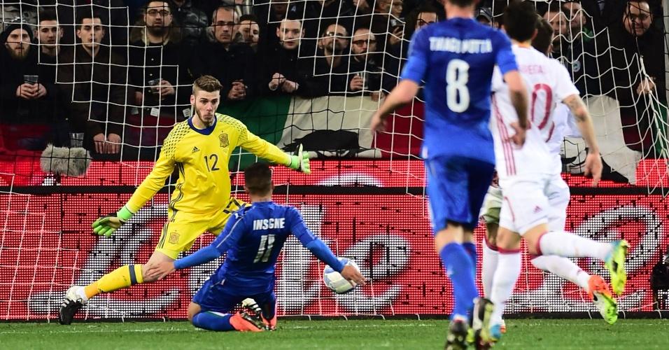 De Gea tenta evitar gol marcado por Insigne, durante amistoso entre Espanha e Itália