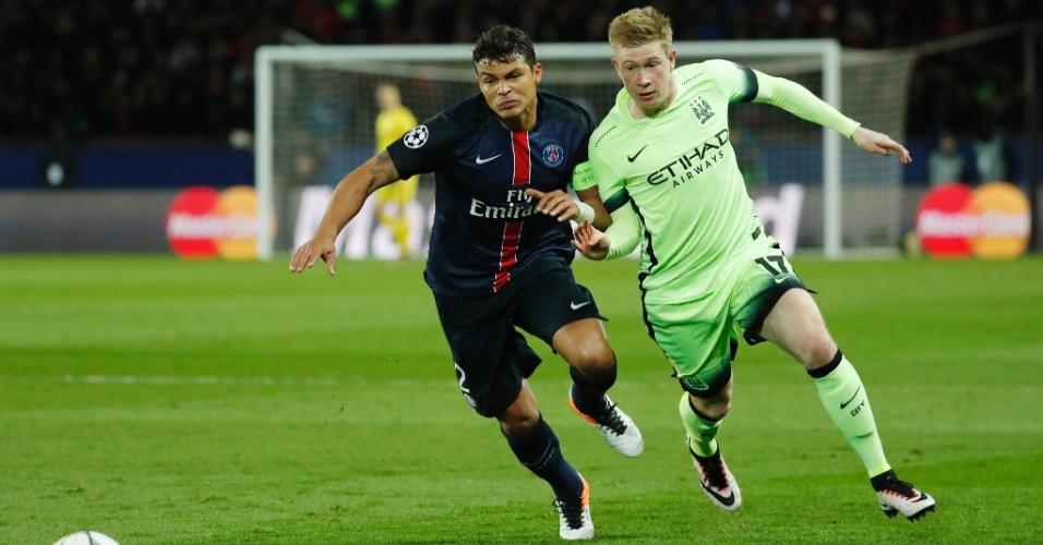 Thiago Silva e Kevin de Bruyne disputam jogada na partida entre PSG e Manchester City pela Liga dos Campeões