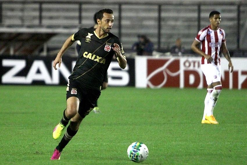 Nenê conduz bola em jogo Vasco x Náutico pela Série B em São Januário