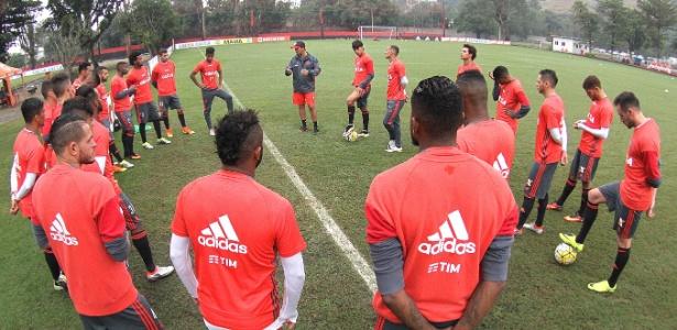 O técnico Zé Ricardo conversa com os jogadores do Flamengo no CT Ninho do Urubu - Gilvan de Souza/ Flamengo