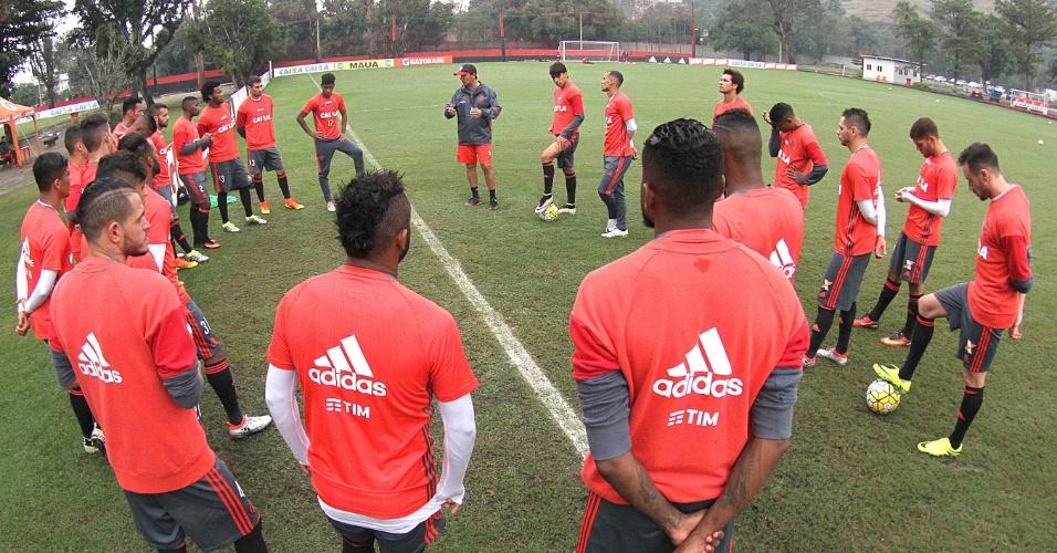 O técnico interino Zé Ricardo conversa com os jogadores do Flamengo no CT Ninho do Urubu
