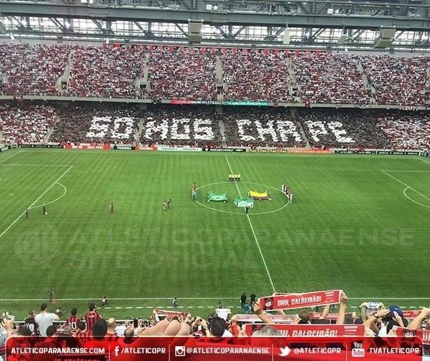 Cadeiras das arquibancadas da Arena da Baixada, em Curitiba, escrevem a frase 'Força, Chape' antes da partida entre Atlético-PR e Flamengo