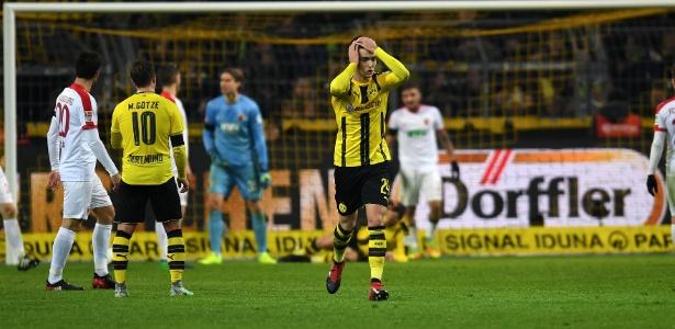 Mikel lamenta lance durante a partida Borussia Dortmund e Augsburg - Patrik Stollarz/AFP Photo