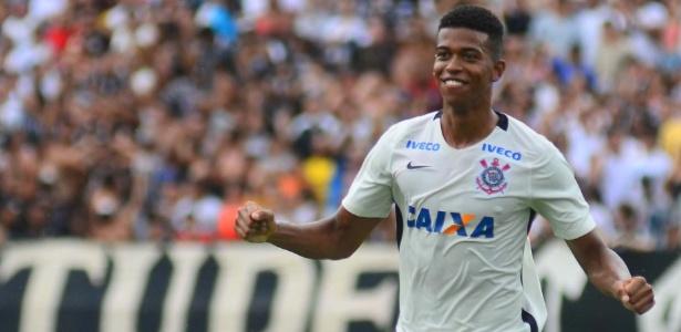 Carlinhos, do Corinthians, comemora um de seus dois gols deste domingo