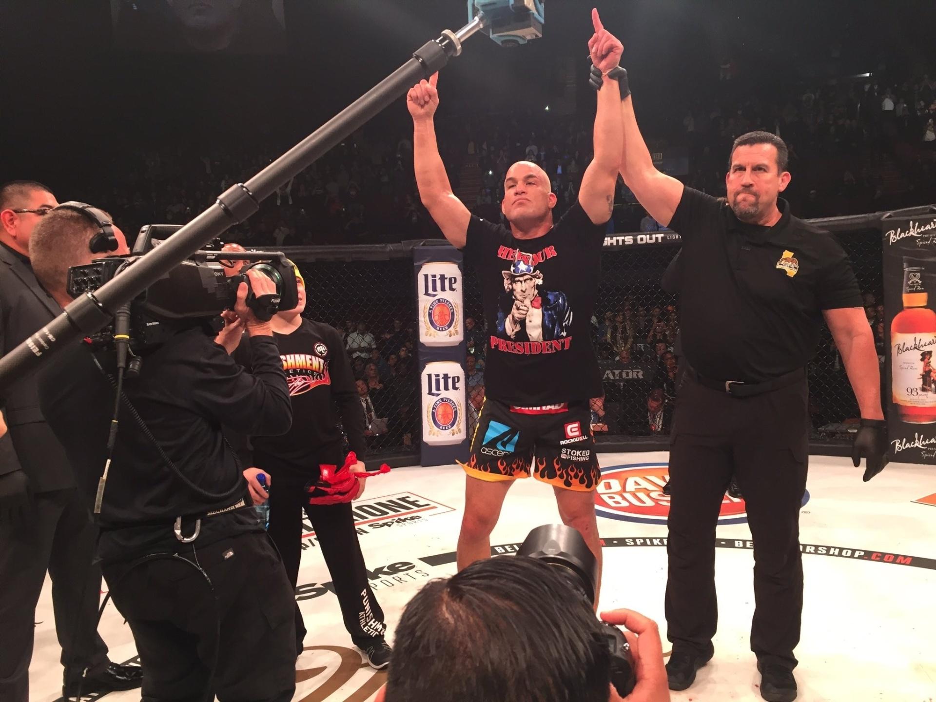 Tito Ortiz é declarado vencedor em sua última luta contra Chael Sonnen