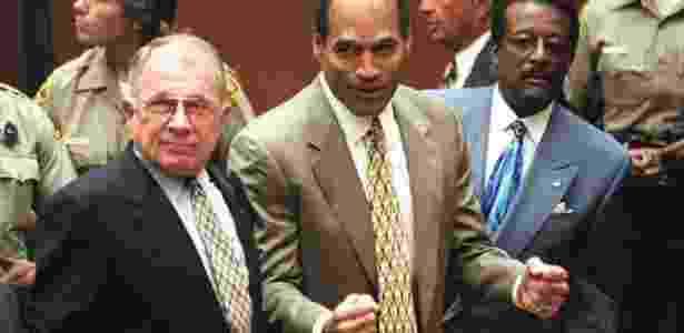 OJ Simpson celebra o veredito favorável da Justiça sobre o assassinato de Nicole Brown - MYUNG J. CHUN/AFP - MYUNG J. CHUN/AFP