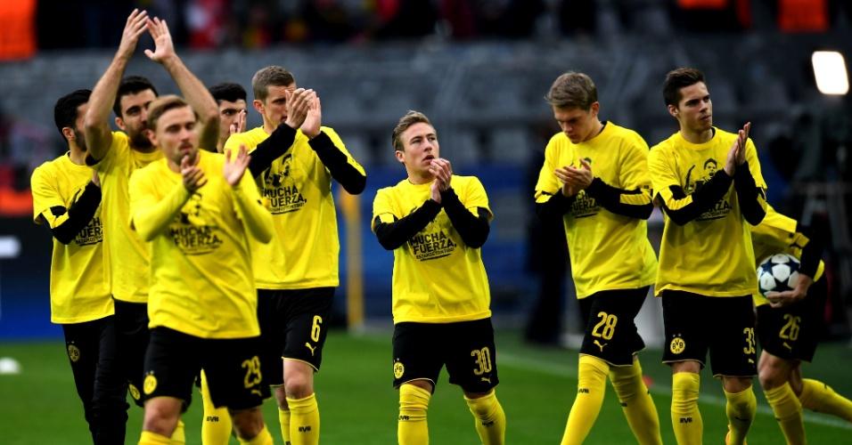 Jogadores do Borussia Dortmund usam camisa em homenagem a Marc Bartra, ferido no ataque ao ônibus do clube