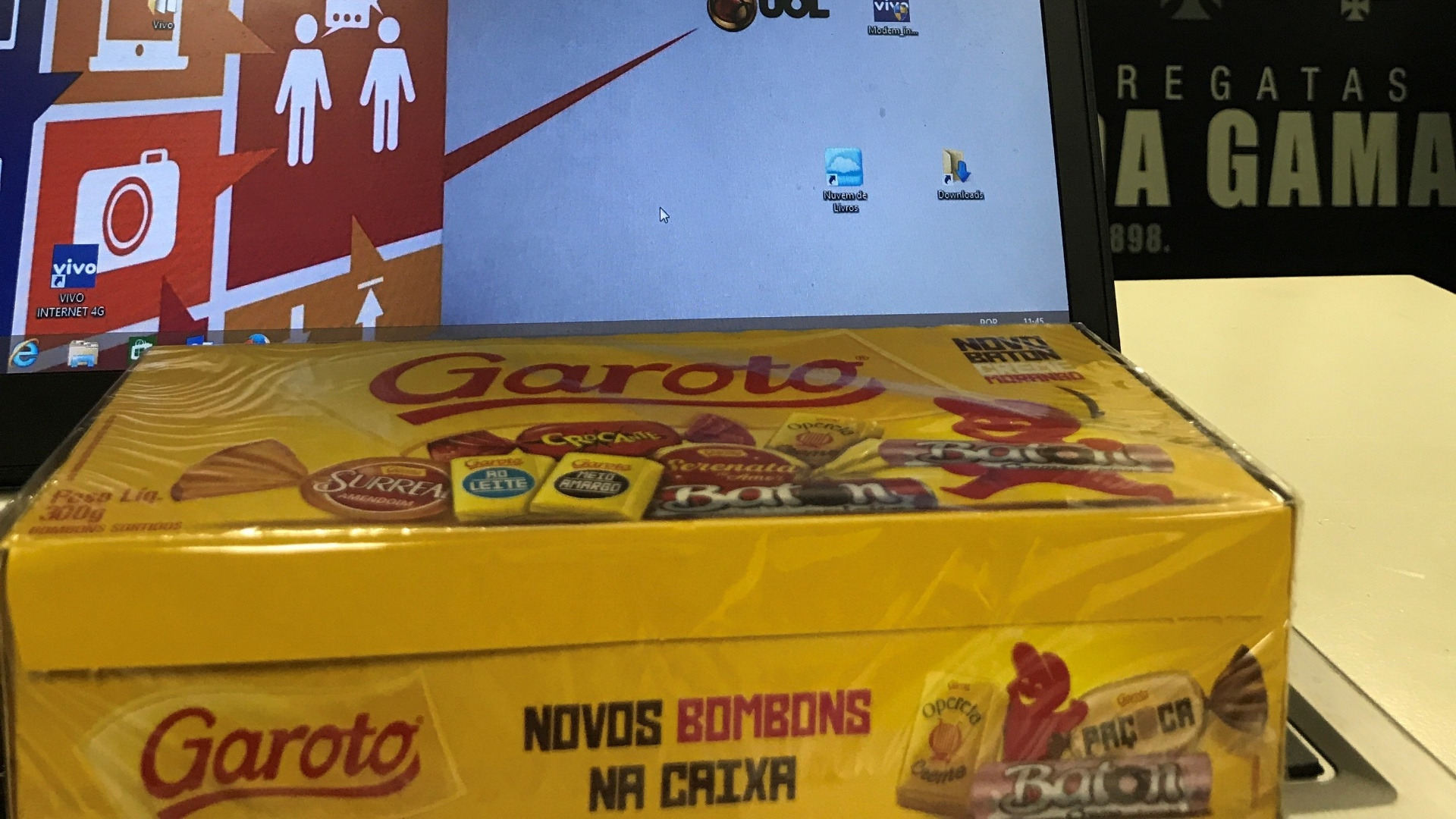 Milton Mendes distribui chocolate para a imprensa no Vasco