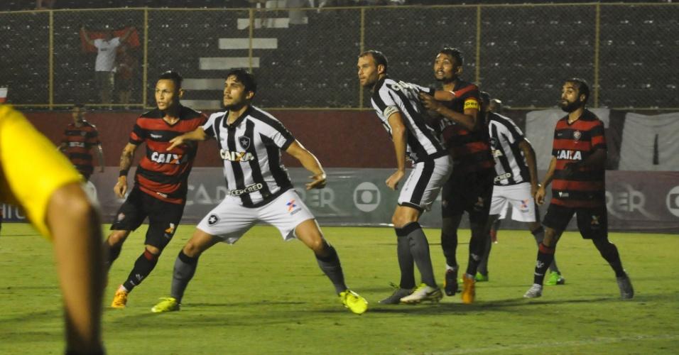Kieza e Joel Carli esperam bola na área em Vitória x Botafogo