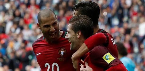 Jogadores de Portugal comemoram gol de Adrien Silva sobre o México
